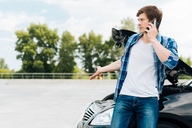 Hombre hablando por teléfono con espacio de copia