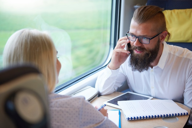 Hombre hablando por teléfono móvil durante el viaje
