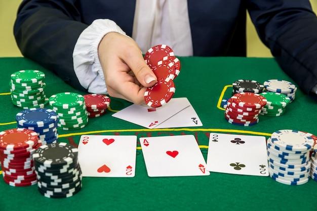 El hombre hace una apuesta y pone una ficha en el casino