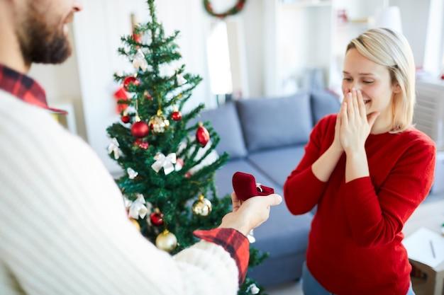 El hombre hace una propuesta de matrimonio a su novia el día de navidad
