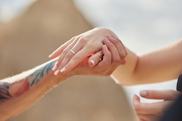 El hombre hace una propuesta de matrimonio a su novia.
