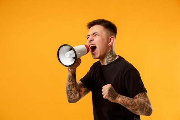 Hombre haciendo anuncio con megáfono