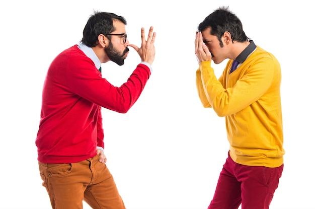 Hombre haciendo una broma a su hermano