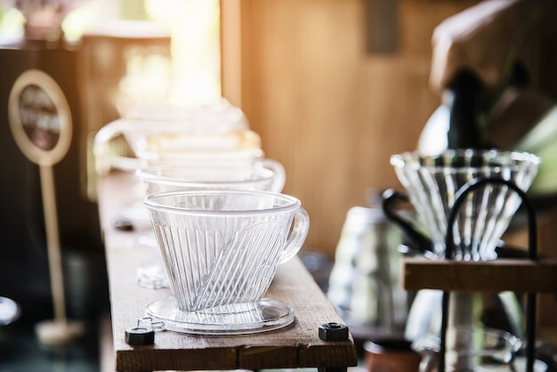 Hombre haciendo café fresco por goteo en cafetería vintage