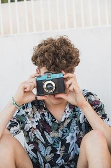 Hombre haciendo clic en la fotografía con la cámara