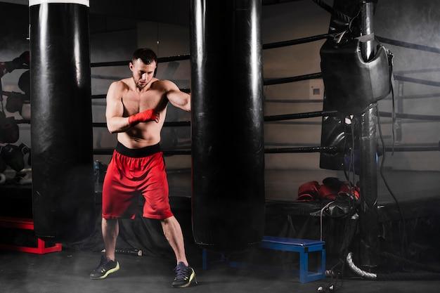 Hombre haciendo ejercicio para la competencia de boxeo