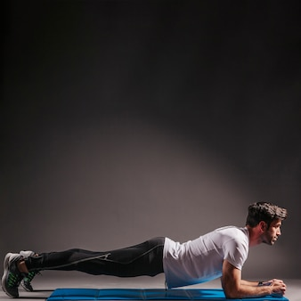 Hombre haciendo ejercicio de tabla