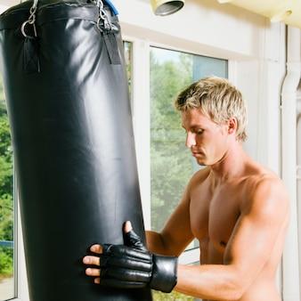 Hombre haciendo entrenamiento de artes marciales