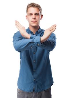 Hombre haciendo una equis con los brazos