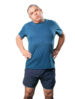 Hombre haciendo estiramientos cervicales