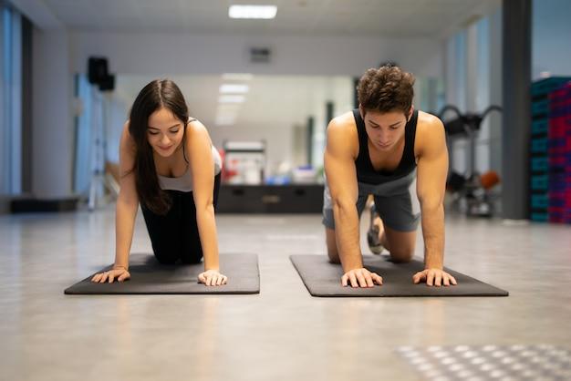 Hombre haciendo flexiones en un gimnasio