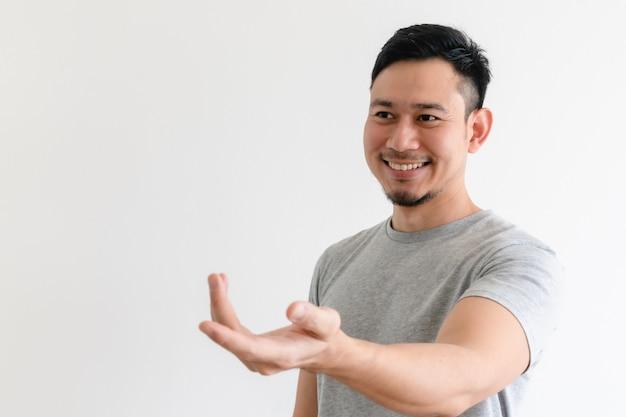 El hombre está haciendo un gesto de invitación con la mano u ofrece ayuda