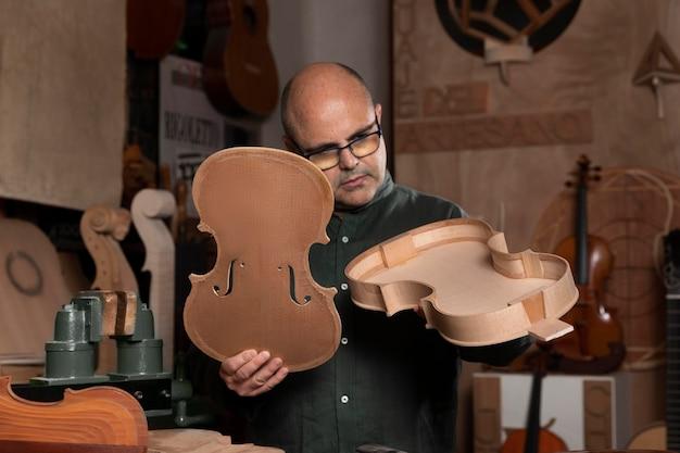 Hombre haciendo instrumentos en su taller solo