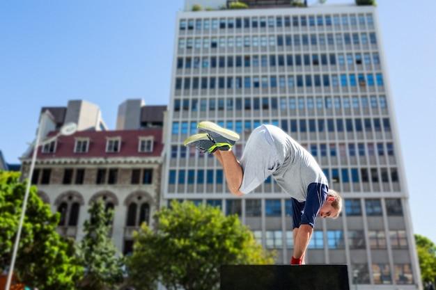 Hombre haciendo parkour en la ciudad