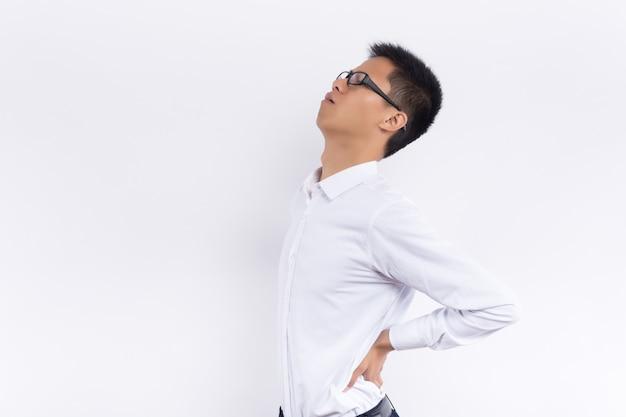 Hombre haciendo postura de dolor de cintura aislado