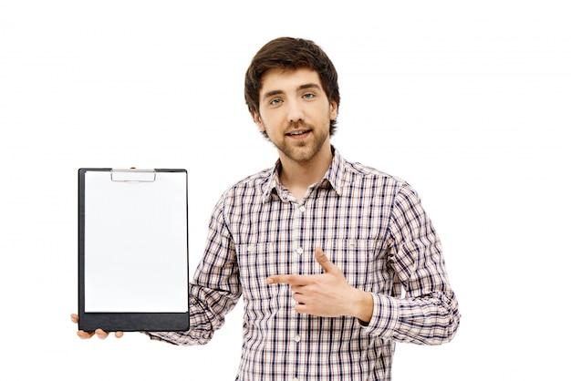 Hombre haciendo preguntas sobre documento, portapapeles de puntos