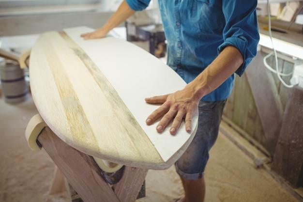 Hombre haciendo tabla de surf