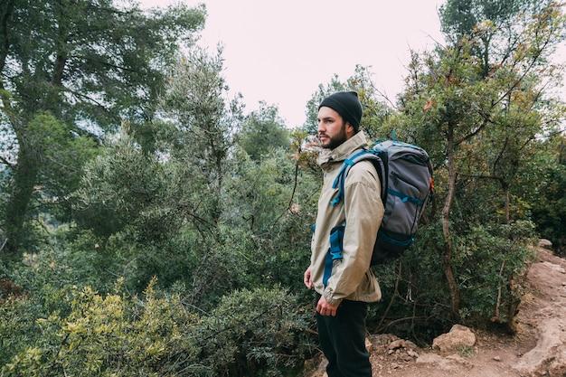 Hombre haciendo trekking en montañas
