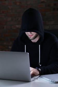 Hombre hacker en laptop
