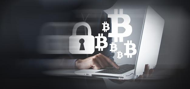 Hombre hacker usando laptop y computadora con bitcoin
