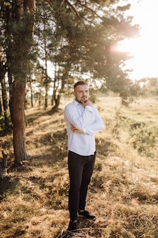 Hombre hermoso en el bosque