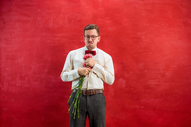Hombre hermoso joven con flores