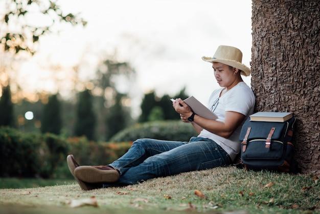 Hombre hermoso joven que se relaja en hierba verde