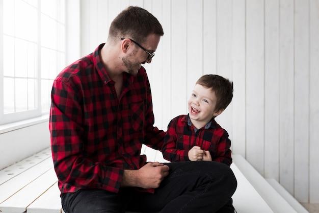 Hombre con hijo en el día del padre