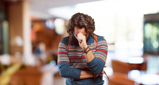 Hombre hippie joven pensando concentrado.