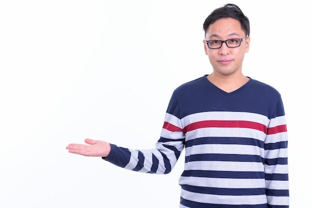 Hombre hipster japonés con anteojos aislado en blanco