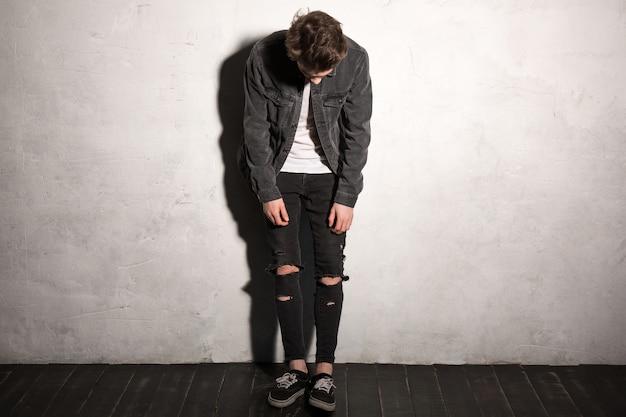 Hombre hipster mirando a un lado sobre fondo gris