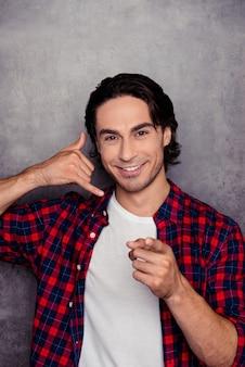 Hombre hispano sonriente guapo pidiendo llamarlo