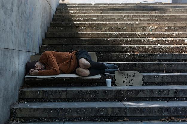 Hombre sin hogar durmiendo en las calles