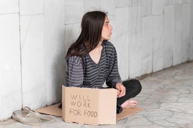 Hombre sin hogar pidiendo ayuda