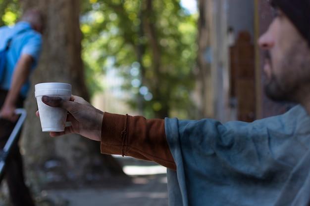 Hombre sin hogar pidiendo dinero