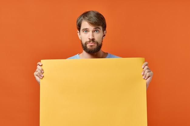 Hombre con hoja de papel naranja marketing de maqueta de cartel aislado