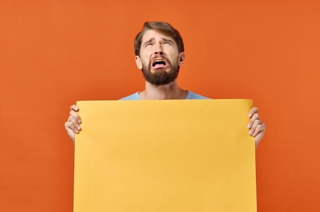 Hombre con hoja de papel naranja marketing de maqueta de cartel aislado.