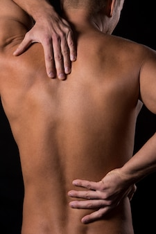 Hombre y hombre con dolor de espalda