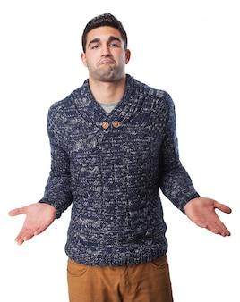 Hombre con los hombros y las manos levantadas