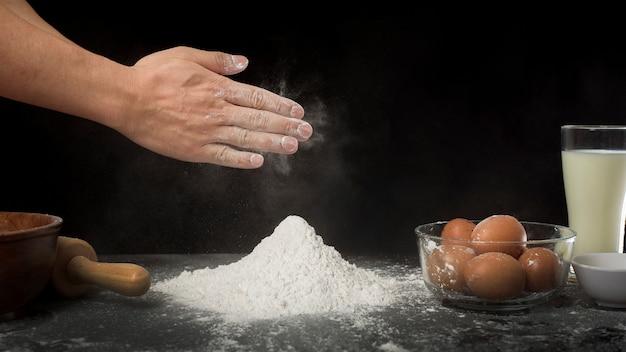 Un hombre está horneando una masa casera
