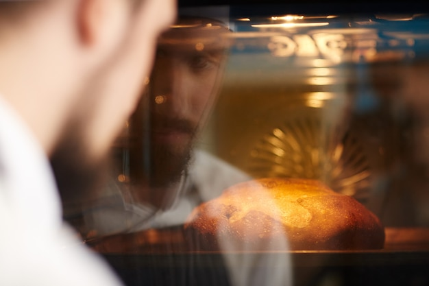 Hombre horneando pan