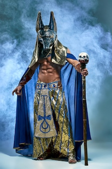 El hombre en la imagen del antiguo faraón egipcio con una máscara en la cara