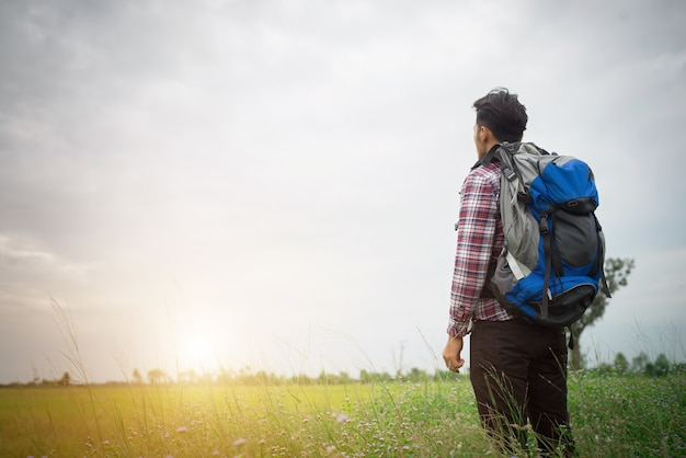 Hombre inconformista con una mochila en sus hombros, hora de ir travelin