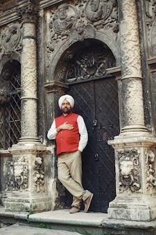 Hombre indio en una ciudad. hombre con un turbante tradicional. hinduista en una ciudad veraniega.