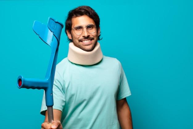 Hombre indio guapo adulto que ha sufrido un accidente