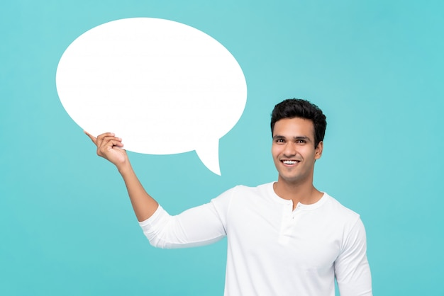 Hombre indio guapo con globo de discurso en blanco