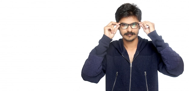 Hombre indio joven que sostiene eyeglases
