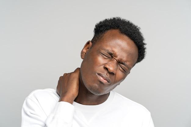Hombre infeliz que sufre de dolor de cuello