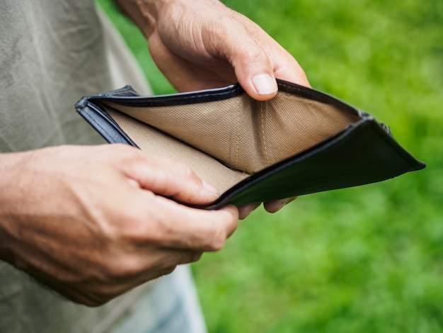 Hombre infeliz en quiebra con billetera vacía