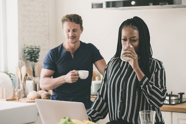 Hombre infeliz siendo ignorado por una mujer adicta a internet